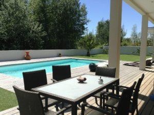 Terrasse de villa avec une piscine et table de jardin : intendance par maison sereine sur le bassin d'Arcachon